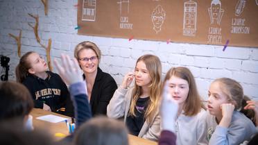\'Warum nehmt ihr am Girls Day teilt?\', fragte die Ministerin im Gespräch mit den jungen Mädchen.