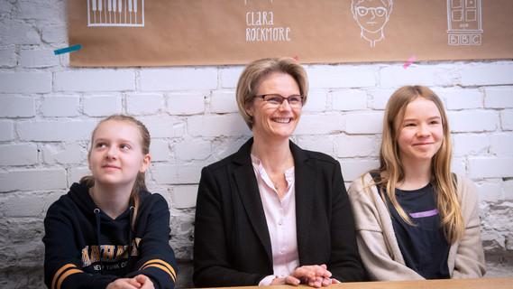 Am Girls Day besucht Bundesministerin Anja Karliczek die Jungen Tüftler in Kreuzberg