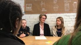 Poster zum Video Girls'Day: Bundesministerin Anja Karliczek bei den Jungen Tüftlern
