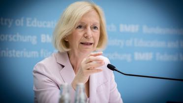 Johanna Wanka erläutert auf einer Pk die Maßnahmen des BMBF für Flüchtlinge