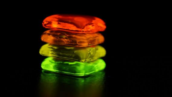 Mit Leuchtstoffen versetzte Gläser unter Einwirkung von ultraviolettem/blauem LED-Licht.