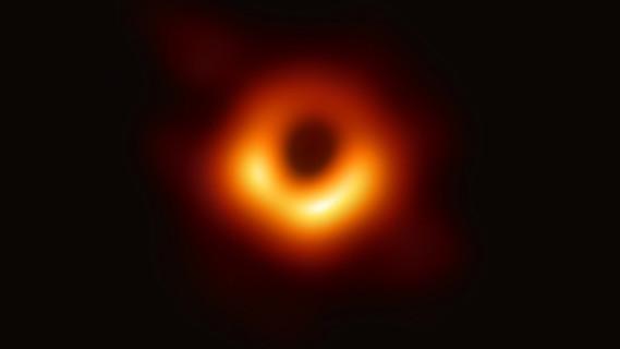 Das Bild ist der erste direkte visuelle Nachweis eines schwarzen Lochs. Dieses besonders massereiche Exemplar steckt im Zentrum der gewaltigen Galaxie Messier 87 und wurde mit dem Event Horizon Telescope (EHT) aufgenommen.