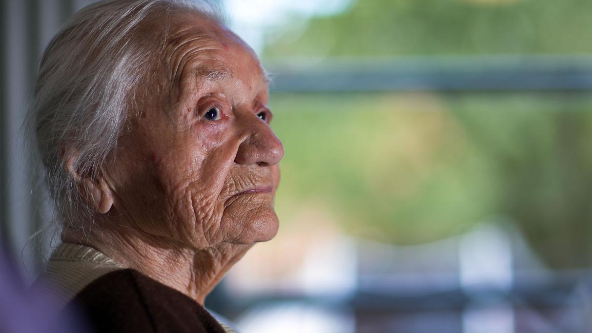 Die 102-jährige Eva Framm sitzt in einer Wohngemeinschaft für Demenz-Kranke