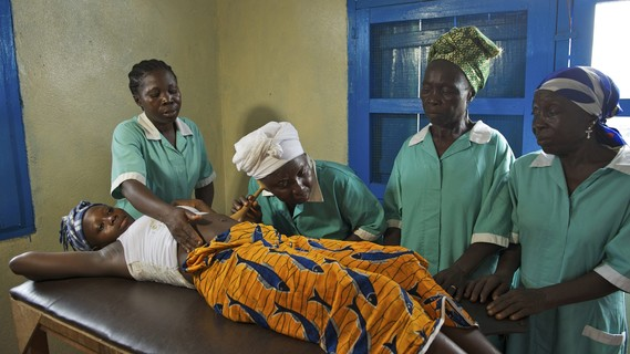 Schwangere Frau aus Liberia bei einer Untersuchung
