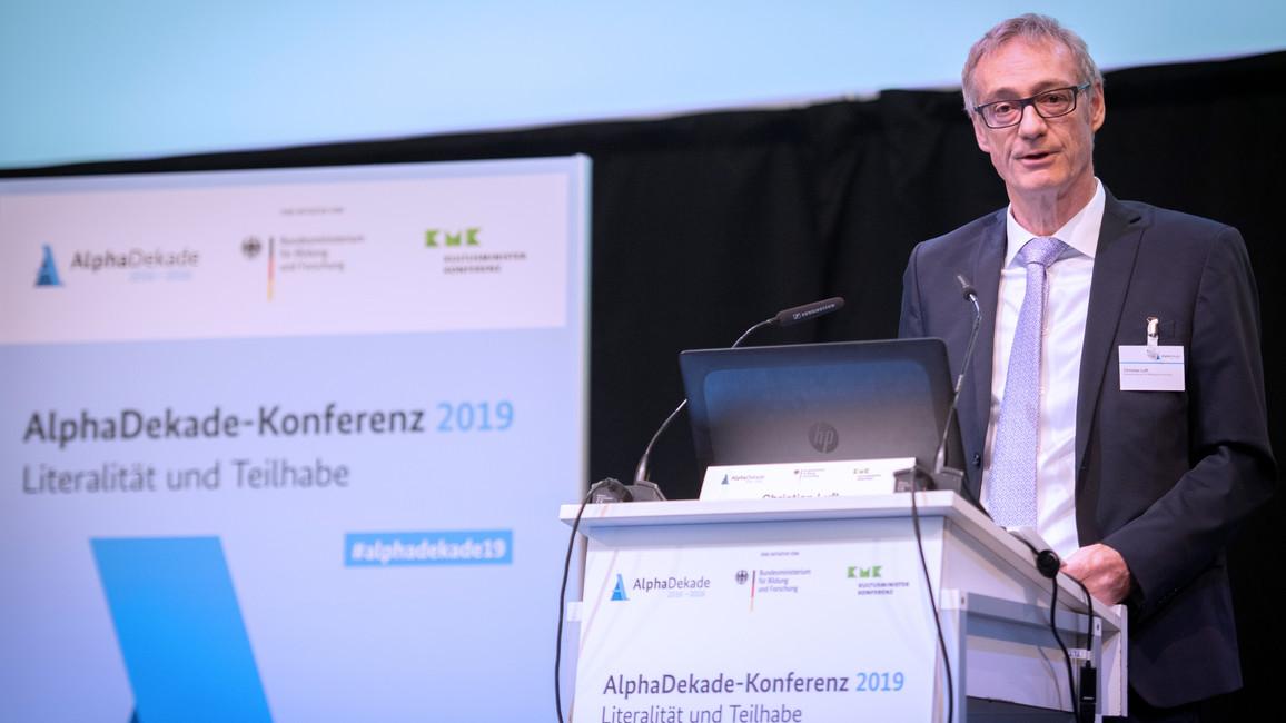 Christian Luft, Staatssekretär im Bundesministerium für Bildung und Forschung, eröffnet die Konferenz.