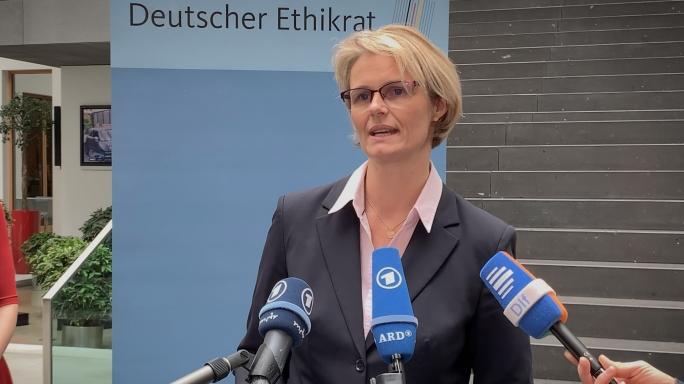 Poster zum Video Statement BM Anja Karliczek - Stellungnahme des Deutschen Ethikrates \