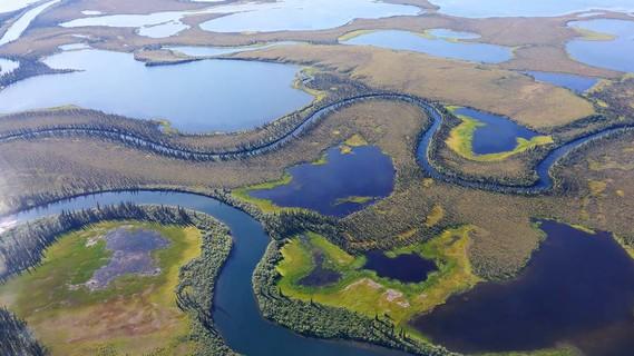 Das Permafrost-Delta in Alaska aus der Luft betrachtet.