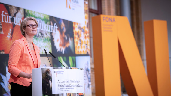 Bundesministerin Anja Karliczek eröffnet die Konferenz.