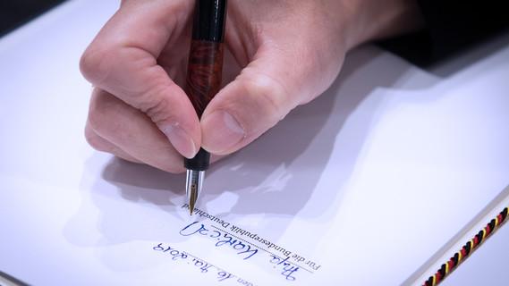 Bundesministerin Anja Karliczek hat in Berlin den Digitalpakt unterzeichnet.