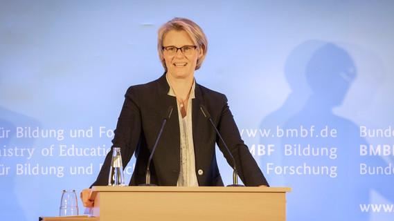 Bundesministerin Anja Karliczek eröffnet die Konferenz zum Nationalen Aktionsplan Integration