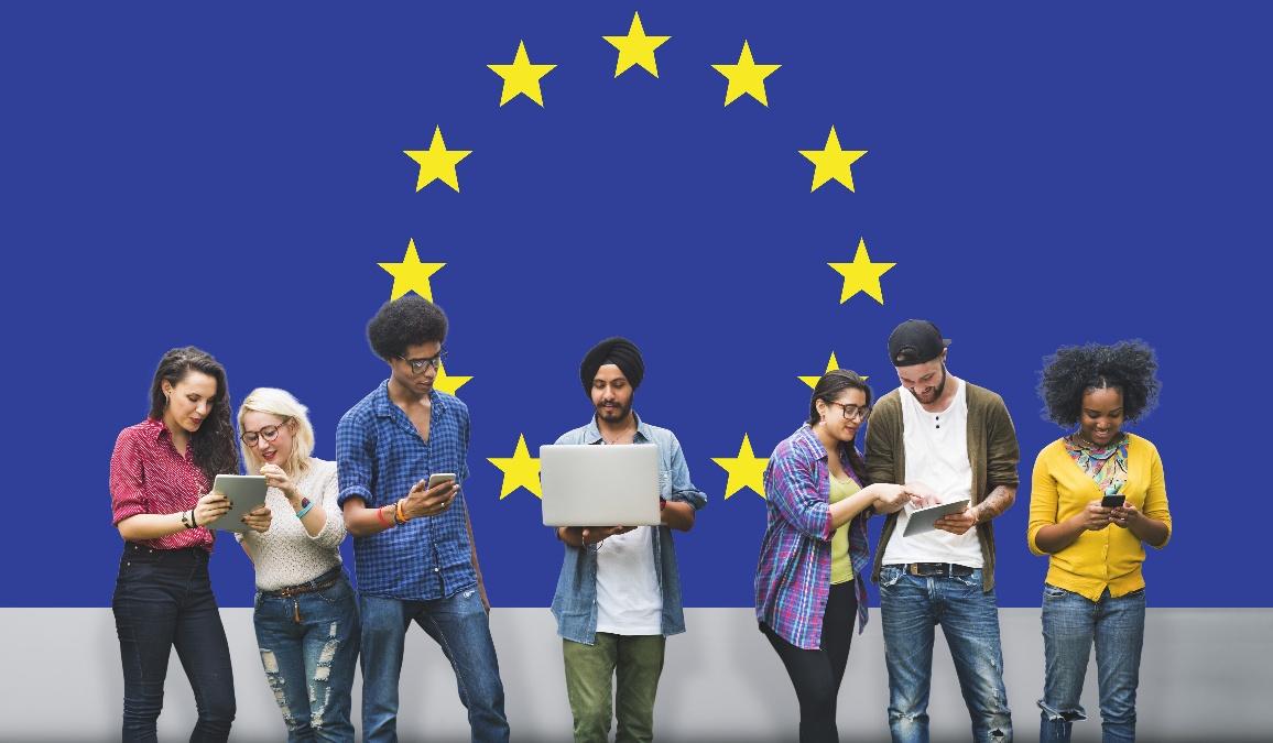 Junge Menschen vor Europa-Flagge