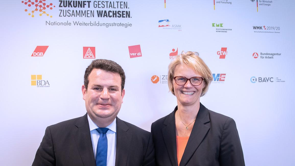Bundesministerin Anja Karliczek und Bundesminister Hubertus Heil stellen gemeinsam die Nationale Weiterbildungsstrategie vor.