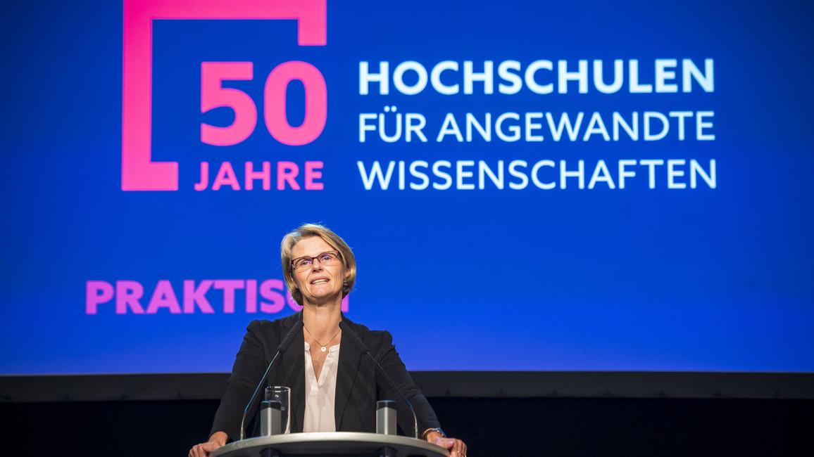 Bundesministerin Anja Karliczek spricht auf der Festveranstaltung zu 50 Jahre Hochschulen für angewandte Wissenschaften