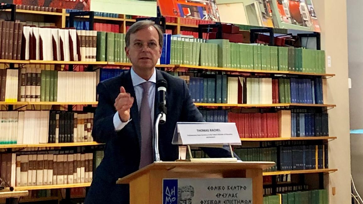 Der Parlamentarische Staatssekretär Thomas Rachel bei seiner Rede in Athen.