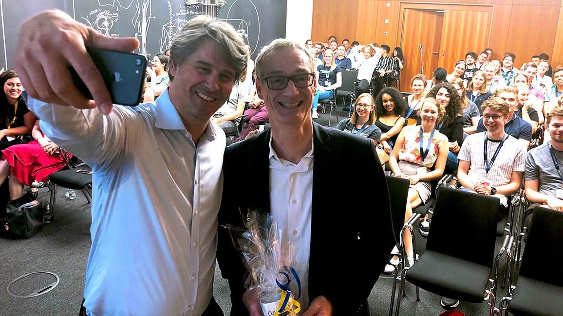 Sts Christian Luft und Dr. Oliver Schmidt, Direktor Fulbright Germany, machen Selfie mit StipendiatInnen der Fulbright Foundation