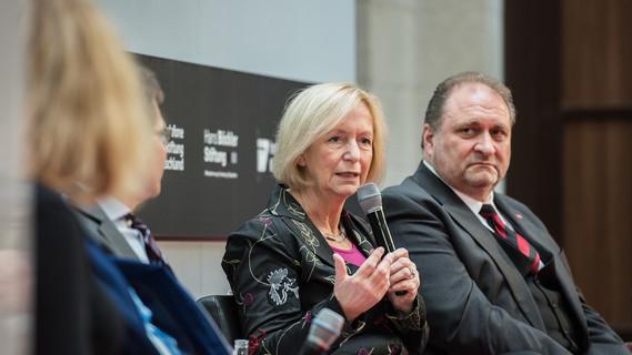 Bundesministerin Johanna Wanka in einer Diskussion mit Vertretern aus Unternehmen und Gewerkschaften