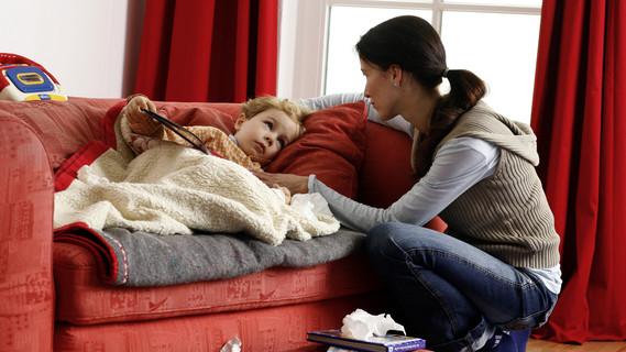 Fieber, Bauchschmerzen, Durchfall – manchmal können es die ersten Anzeichen für eine Neuroblastom-Erkrankung sein.
