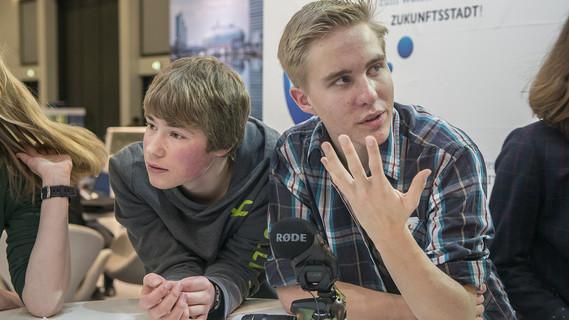Am Platz der Visionen diskutieren Schüler miteinander
