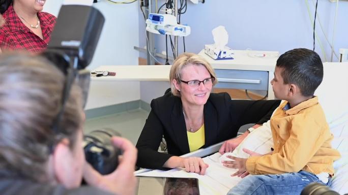 Poster zum Video Ministerin Anja Karliczek besucht die Kinderkrebsstation der Charite