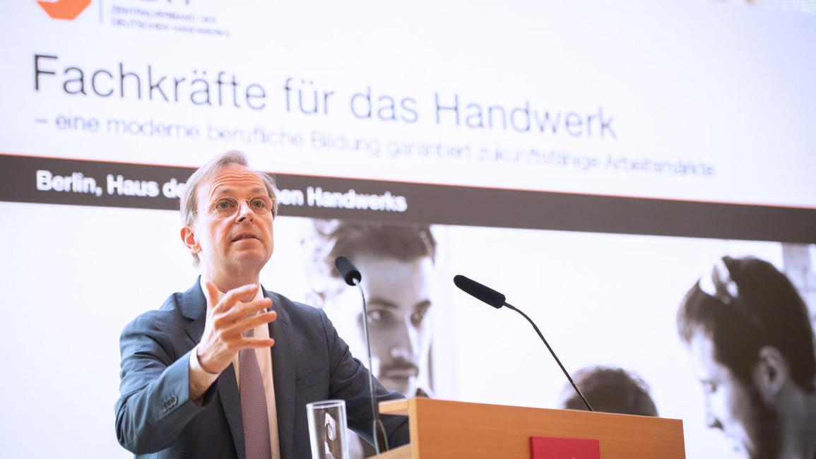 """Thomas Rachel, Parlamentarischer Staatssekretär bei der Bundesministerin für Bildung und Forschung, spricht im Rahmen der Veranstaltung """"Fachkräfte für das Handwerk - eine moderne berufliche Bildung garantiert zukunftsfähige Arbeitsmärkte"""""""