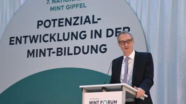 Staatssekretär Christian Luft beim 7. Nationalen MINT Gipfel