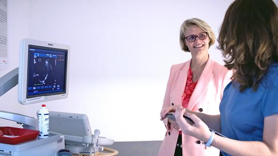 Bundesministerin Anja Karliczek besucht im Rahmen ihrer Pressereise die NAKO in Hannover