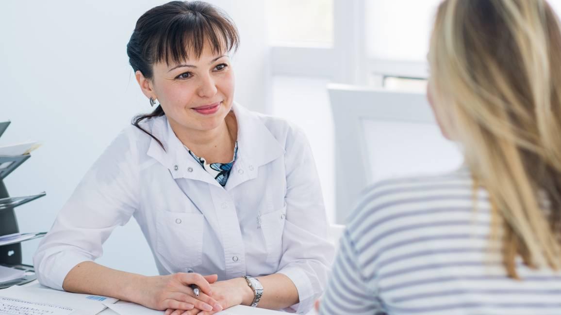 Ärztin und Patientin im Krankenhaus