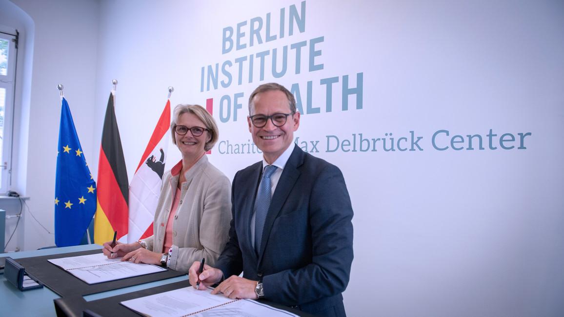 Anja Karliczek und Michael Müller unterzeichnen die Verwaltungsvereinbarung zum BIH