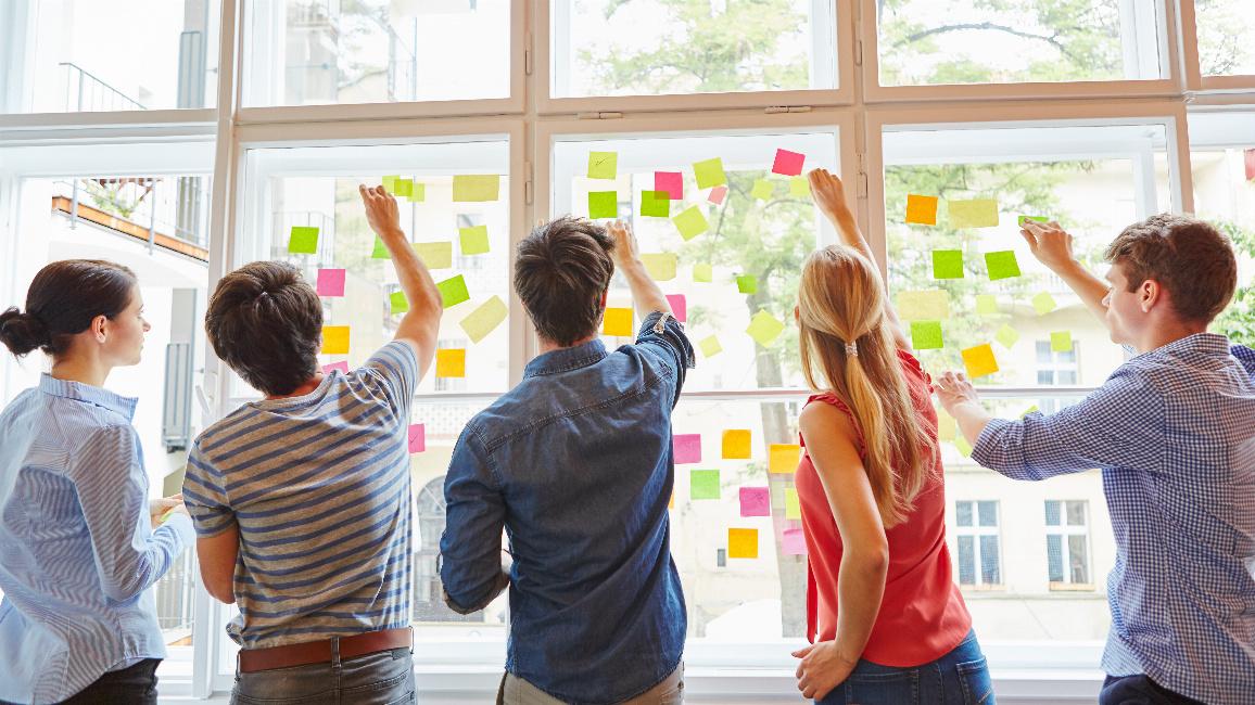 Junge Menschen in einem Workshop