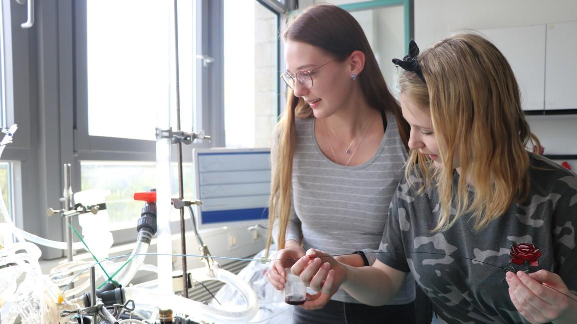 Schülerinnen bei Forschungsprojekt