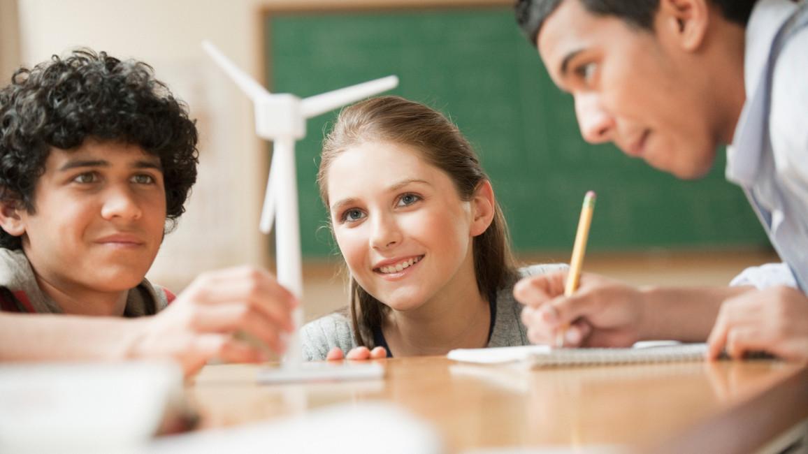 Schüler studieren ein Windrad