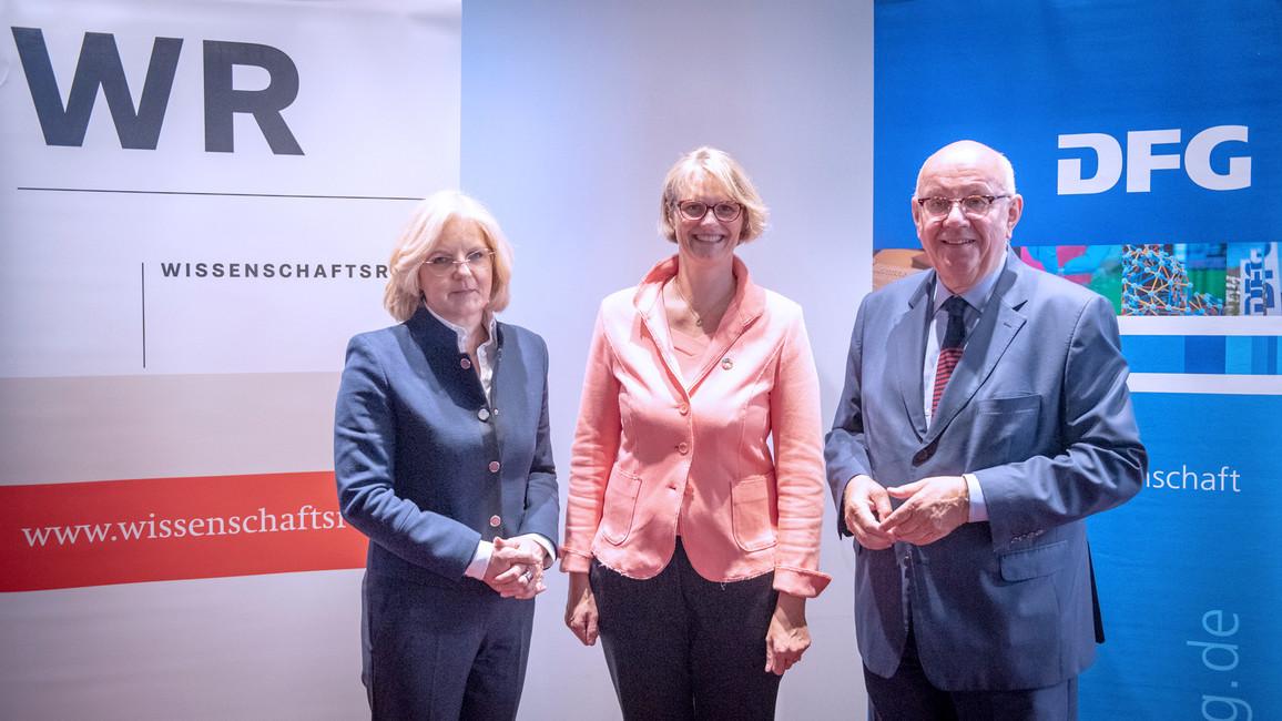 Martina Brockmeier (Vorsitzende des Wissenschaftsrates), Anja Karliczek (Bundesministerin für Bildung und Forschung), Peter Strohschneider (Vorsitzender der Deutschen Forschungsgemeinschaft)