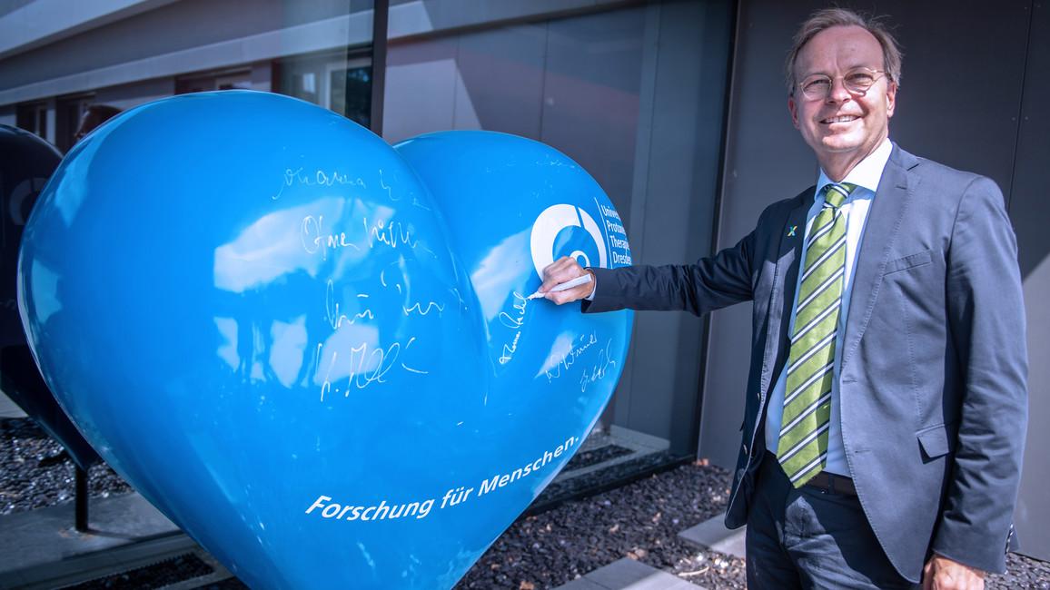 Thomas Rachel, Parlamentarischer Staatssekretär bei der Bundesministerin für Bildung und Forschung, vor dem OncoRay-Gebäude bei seinem Besuch in Dresden.