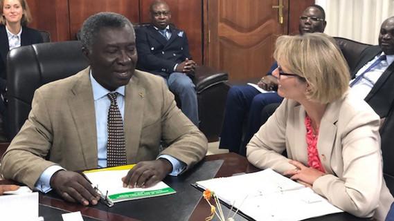 Bundesministerin Anja Karliczek im Gespräch mit Kwabena Frimpong-Boateng