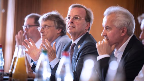 Thomas Rachel, Parlamentarischer Staatssekretär bei der Bundesministerin für Bildung und Forschung, spricht im Rahmen der 1. Sitzung des Lenkungskreises der Circular Economy Initiative Deutschland