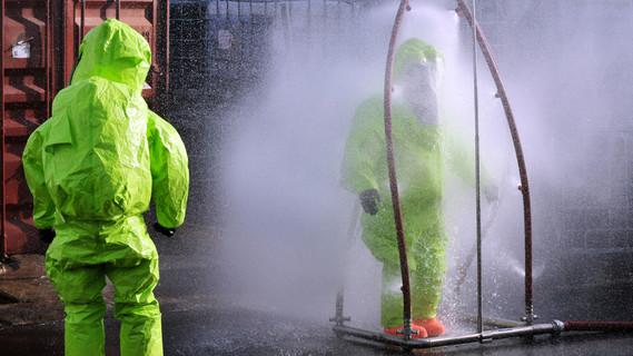 Chemische Dusche im Seuchenfall: Das MoPlasDekon-Verfahren soll die bislang angewandten gesundheitsgefährdenden und umweltbelastenden Chemikalien in Zukunft ersetzen