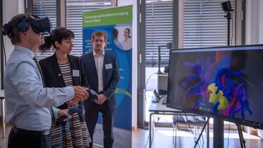 Stefanie Speidel, Professorin fürTranslationale Chirurgische Onkologie, demonstriert den Einsatz von Virtueller Realität (VR) in der chirurgischen Onkologie.