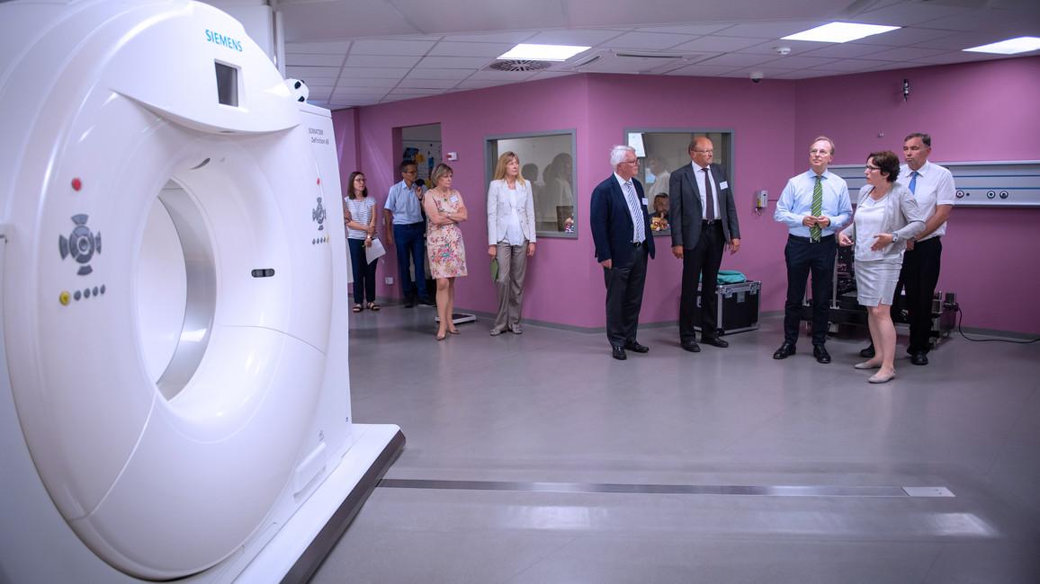 Mechthild Krause,Leiterin Translationale Radioonkologie am OncoRay, erklärt die Anlage für die Protonen-Strahlentherapie.