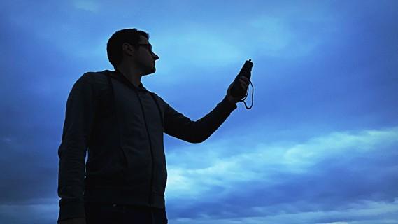 Mit dem Batlogger können die Rufe der Fledermäuse hörbar gemacht werden.