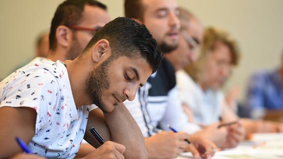 Flüchtlinge sitzen an der Universität in Vechta (Niedersachsen) in einem Deutschkurs.