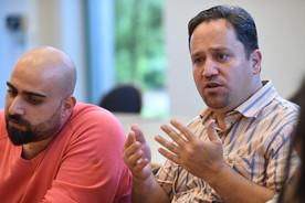 Daniel Abou-Shakra (l) und Mohamad Ayman Alhallak, Flüchtlinge aus Syrien, sitzen in Vechta  nach dem Deutschunterricht an der Universität bei einem Gespräch.