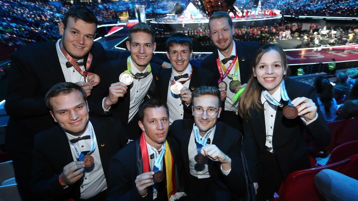 Die Gold-und Bronze-Medaillengewinner überglücklich nach vier Tagen hartem Wettkampf.