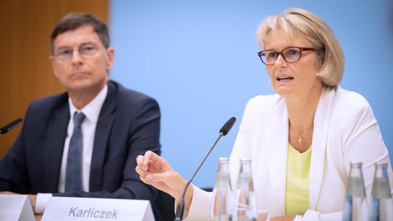 Bundesministerin Anja Karliczek und Stefan Wrobel
