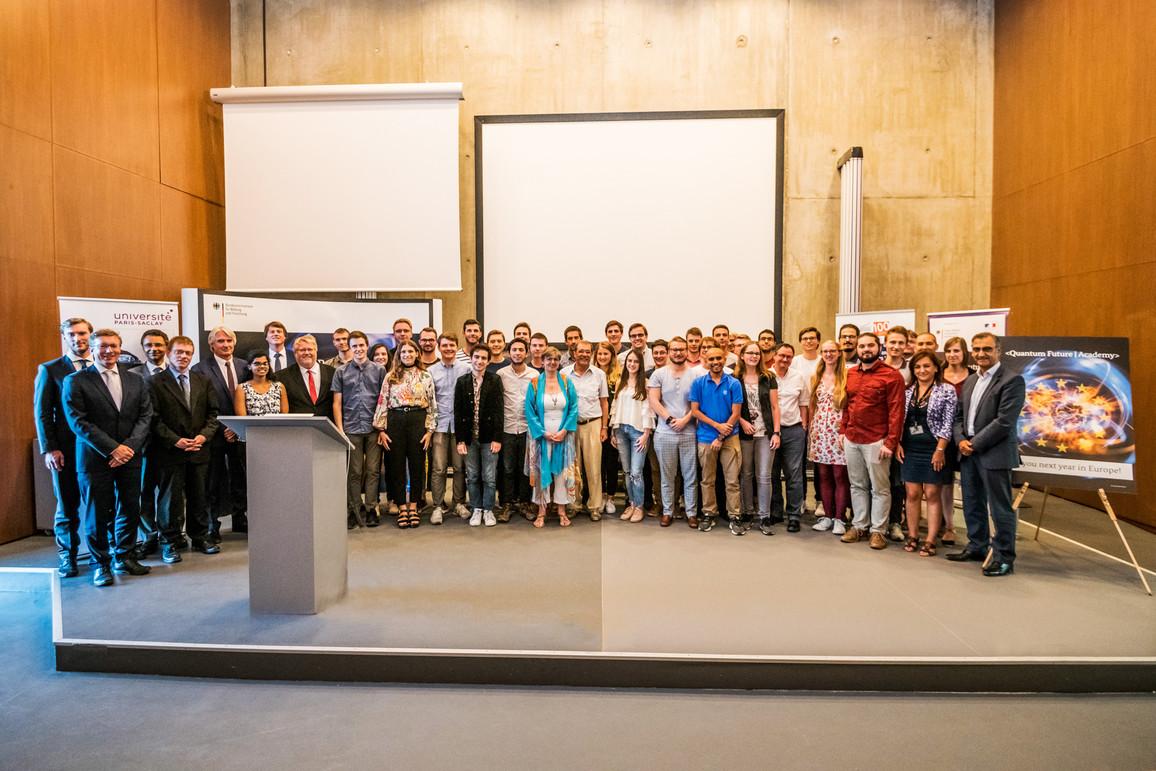 Die Teilnehmer und Veranstalter der Quantum Future Academy 2019 bei der Abschlussveranstaltung an der Universität Paris-Saclay.