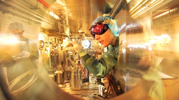 In dieser sogenannten Target-Kammer trifft der Lichtstrahl des Hochleistungslasers auf den Elektronenstrahl des ELBE-Beschleunigers im Zentrum für Hochleistungs-Strahlenquellen des HZDR. Ziel ist die Erzeugung brillanter Röntgenstrahlung.