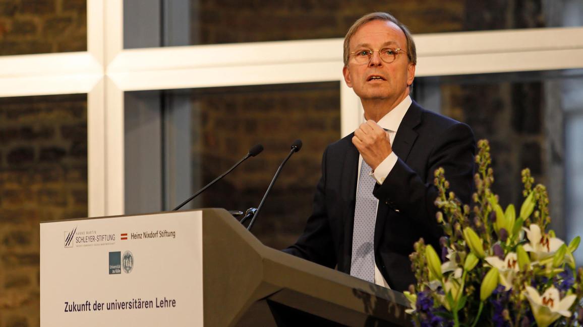 """Thomas Rachel spricht beim Hochschulsymposium """"Bildungswege der Zukunft""""."""