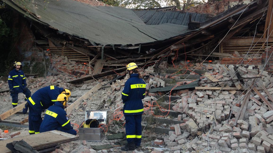 Nach einem Hauseinstürz muss der Trümmerkegel nach Überlebenden abgesucht werden.
