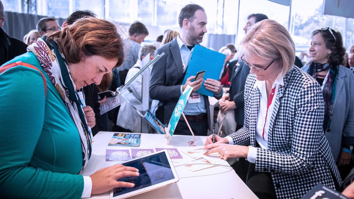Bundesministerin Anja Karliczek besuchte nach dem Festakt den Stand des BMBF im Festzelt der Bundesregierung. Dort signierte sie Autogrammkarten...