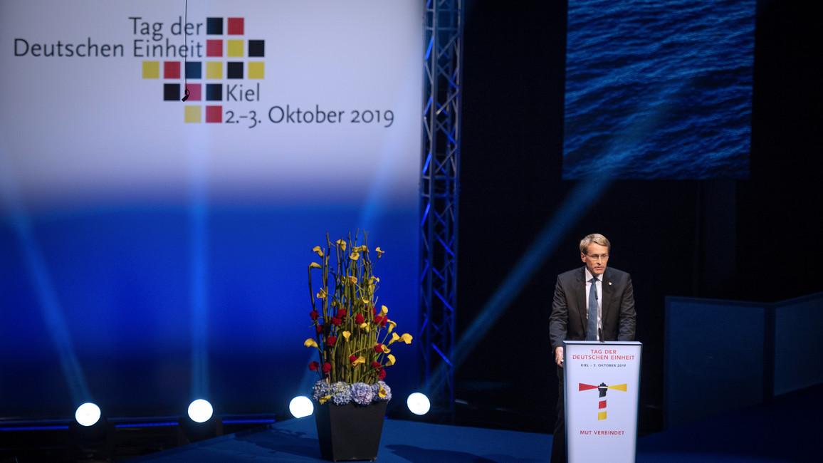 Daniel Günther, Ministerpräsident des Landes Schleswig-Holstein, begrüßte die Gäste und eröffnete den Festakt anlässlich des Tages der Deutschen Einheit.