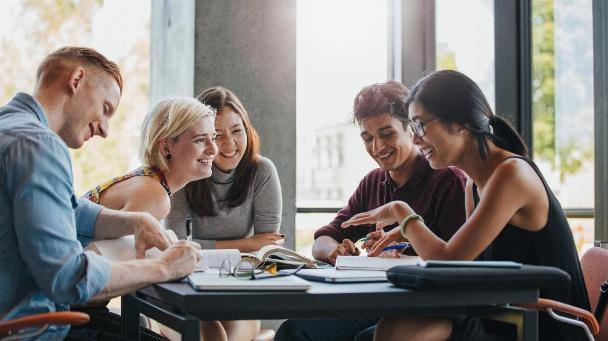 Gruppe von Studenten lernen gemeinsam